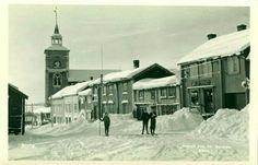 Sør-Trøndelag fylke Røros. Klassisk Rørosmotiv i vinterdrakt, med folk Utg Th. Sandnes 1920-tallet