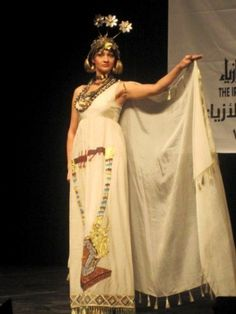 Fashion show in the Iraqi fashion house embody the harp Sumerian Sumerian clothes and gold jewelry of Queen Shafad.