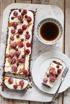 Tarta czekoladowo-kokosowa z bananami (bez pieczenia) - Kuchnia Agaty - najsmaczniejszy blog kulinarny! Healthy Cake, Healthy Cookies, Dessert Drinks, Dinner Recipes For Kids, Vegan Sweets, Delicious Desserts, Cake Recipes, Food Porn, Good Food