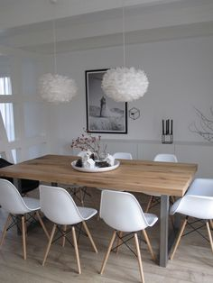 Ideas Original to decorate your table this season chaises en plastique blanc, table en bois clair, lustre boule blanc, sol en parquet clair Ideas Original to decorate your table this season Dining Room Design, Dining Room Table, Dining Furniture, Furniture Ideas, Wooden Dining Table Modern, Light Wood Dining Table, Modern Furniture, Furniture Design, Outdoor Furniture