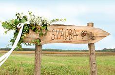 Pocestná tabuľa - označenie smeru svadby.
