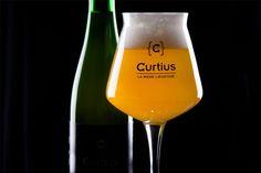 Une bière liégeoise, complexe et élégante. La Curtius est une bière blonde brassée à partir de produits de première qualité, au goût léger et aux saveurs rafraichissantes.