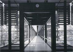 Acero corten y una métrica de templo japones, para el edificio central de un fabricante de tractores verdes con ruedas amarillas. John Deere Headquarters - Eero Saarinen.