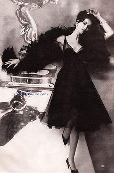Lanvin-Castillo dress with layers of sheer black silk marquisette matching silk boa - Spring V Fifties Fashion, Retro Fashion, Vintage Fashion, Vintage Style, Moda Vintage, Vintage Black, Vintage Glamour, Vintage Beauty, Vintage Ladies