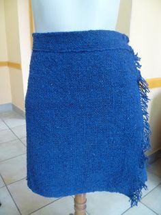 Taller de Ana María       Falda tejida en una sola pieza, tiene 60 cm de ancho por 1.20 cm de alto.      100 % lana hilada muy fina.