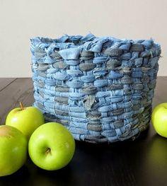 Você não sabe o que fazer com o seus jeans velhos? Aqui está uma ideia para reciclá-los. É fácil e leva um pouco de tempo.