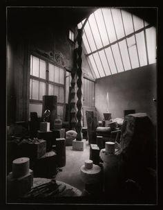 Constantin Brancusi (19 févr. 1876 - 16 mars 1957) Vue d'ensemble de l'atelier. 1925 (C) ADAGP Credit: Photo (C) Centre Pompidou, MNAM-CCI, Dist. RMN-Grand Palais / Philippe Migeat