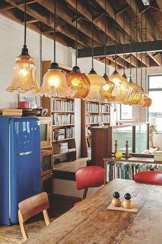 Une série de suspensions en verre fumé tulipe des années 20 éclaire la table de salle à manger. Plus de photos sur Côté Maison http://petitlien.fr/81c9