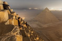 Vitaly Raskalov, a récemment rendu visite à la pyramide de Khéops, en Égypte. Il était accompagné de deux amis photographes, Vadim Mahorov et Marat Dupri