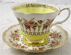 Šálek na čaj • porcelán s malovanými růžičkami a zlaceným okrajem