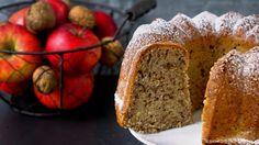 Pokud hledáte snadný recept na rychlou bábovku k čaji či kávě na víkend, zkuste tento jednoduchý recept. Kombinace jablek a vlašských ořechů funguje spolehlivě a jablíčka navíc dodají bábovce vláčnost.