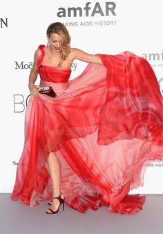 Todo al rojo fue la apuesta de Petra Nemcova con este vestido con un…
