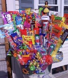 Haven't tried making a candy bouquet yet? See Dozens of Awesome Candy Bouquet Ideas to get inspired. Craft Gifts, Diy Gifts, Sucker Bouquet, Candy Boquets, Candy Arrangements, Candy Gifts, Candy Gift Baskets, Birthday Candy, Candy Cakes