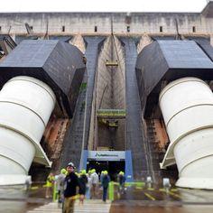 No tour #ItaipuBinacional chegamos à Estação Central ao encostarmos nos condutos (por onde passa a água) sentimos tudo tremer aqui pode escoar até 700 mil litros de água por segundo! Mesmo estando neste lugar é impossível mensurar isso. #turismoitaipu - - - - - - - - - - - - -  #hidropower #hidropowerplant #energia #energy #itaipuenergia #dam #engenearing #engenharia #engenhariacivil #engenhariaeletrica #itaiputurismo #itaipubinacional #itaipusustentavel #sustainable #sustainableenergy…