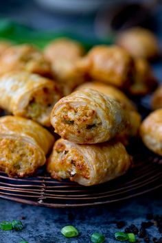 recipes for meat eaters These Vegetarian Sausage Rolls are a simple cheesy pastry treat for vegetarians . These Vegetarian Sausage Rolls are a simple cheesy pastry treat for vegetarians and meat-eaters alike. Perfect for any party table. Vegetarian Pastries, Vegetarian Buffet, Vegetarian Appetizers, Appetizers For Party, Appetizer Recipes, Vegetarian Recipes, Cooking Recipes, Vegetarian Christmas Recipes, Microwave Recipes