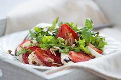 Mozzarella-Rucola-Erdbeeren Salat