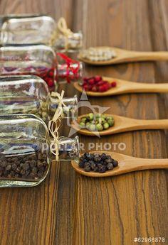 Botellas de pimientas de distintos colores