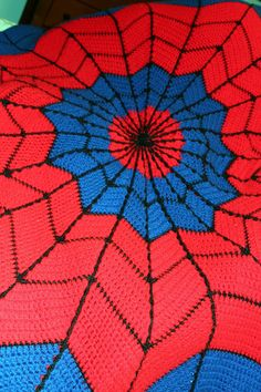FREE PATTERN - Spider-Man Afghan (Source : http://theharrissisters.blogspot.fr/2013/01/spiderman-afghan.html + Pattern : http://www.ravelry.com/patterns/library/superhero-dreamcatcher-afghan) #crochet #superhero #spiderman #crochet #afghan