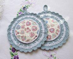 Barosas runde Topflappen in blau-weiß mit Herzen von Barosa auf DaWanda.com