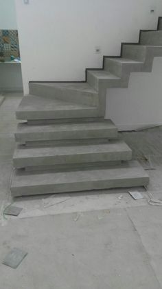escada em cimento queimado com rodapé invertido: Corredores e halls de entrada por Margareth Salles Home Stairs Design, Stair Railing Design, Modern House Design, Concrete Staircase, Staircase Railings, Escalier Art, Flur Design, Building Stairs, Steel Stairs