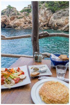 Mallorca Ausflug Tipp - Wandern von Deia zum Strand der Cala Deia - Restaurant zum Essen an der Bucht