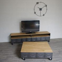 Meuble tv métal et bois industriel fabriqué dans notre atelier avec des anciens tiroirs. Hauteur de la niche sur-mesure pour vos lecteurs dvd, box, ampli...
