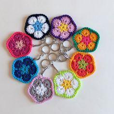 Porte clés fleurs colorés au crochet Mandala Au Crochet, Coups, Crochet Earrings, Creations, Crochet Patterns, Jewelry, Amigurumi, Tejidos, Flowers