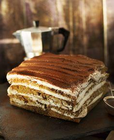 Ha egy egyszerű, de villantós sütire vágytok, aminek még a neve is jól hangzik, akkor mentsétek le ezt a receptet, mert ezzel bizony tarolni fogtok! Nagyon kávés, nagyon whiskey-s és brutálisan krémes, szóval csak szeretni lehet! Hungarian Recipes, Le Chef, Sweet Cakes, Cakes And More, Cake Cookies, Sweet Recipes, Sweet Treats, Food Porn, Food And Drink