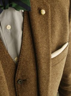 Tweed-love it with the green bow-tie and muted shirt.