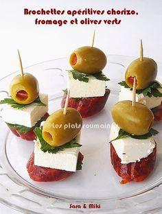 Ingrédients: * Chorizo * Fromage de chèvre ou feta * Olives vertes * Persil * Pics en bois