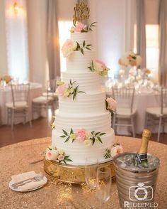 Loved this cake from @mslaurascakes  with some lovely flowers from @theflowerbartulsa for Heather and Matt's wedding at @themayohotel! ��  http://gelinshop.com/ipost/1521360527182383940/?code=BUc9VbGActE