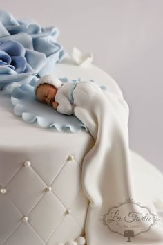En klassisk og flott kake til lille Kasper sin dåp :) Innholdet i kaken var sjokoladekake med sjokoladekrem, bringebærmousse ... Christening Outfit Girl, Baby Christening Cakes, Baby Cakes, Baby Boy Birthday Cake, Boys 1st Birthday Party Ideas, Cute Birthday Cakes, Mickey And Minnie Cake, Torta Baby Shower, Fondant Baby