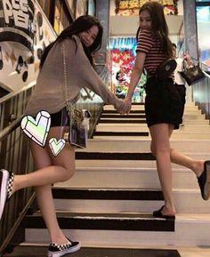 Jisoo and Jennie Blackpink girlfriend material Kpop Girl Groups, Korean Girl Groups, Kpop Girls, Mode Ulzzang, Ulzzang Girl, Blackpink Jisoo, Blackpink Fashion, Korean Fashion, Girls Generation