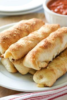 These Homemade Pepperoni Rolls are made with refrigerated pizza dough, mozzarella cheese sticks and pepperoni for an easy dinner or snack! Fun Baking Recipes, Snack Recipes, Cooking Recipes, Brownie Recipes, Easy Pepperoni Rolls, Pepperoni Bread, Ma Baker, Pizza Rolls, Pasta