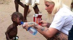 A fotografia de um bebé nigeriano subnutrido a beber água de uma garrafa correu mundo no mês de janeiro. Mas a recuperação desta criança, em menos de dois meses, é no mínimo impressionante. Imagens que estão novamente a dar que falar. O menino, 'batizado' de Hope, foi abandonado pelos pais por acreditarem que era bruxo, lê-se no Daily Mail. A 31 de janeiro, foi encontrado por Anja Ringgren Loven, fundadora da African Children's Aid Education and Development Foundation, fundação que ajuda…