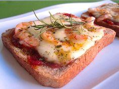 Receta fácil de Pizza sobre pan de molde y salsa de tomate exprés. Explicada paso a paso