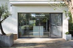 Afbeeldingsresultaat voor steel look House Windows, Windows And Doors, Beautiful Buildings, Beautiful Homes, Steel Windows, Outside Patio, Tudor House, Dream House Exterior, House Extensions