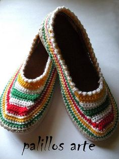 Curious, just as I bought knitting needles to learn how to knit, to then learn how to make slippers I finally find a lot of nice looking crochet slippers online. Crochet Boots, Love Crochet, Crochet Clothes, Knit Crochet, Sock Shoes, Baby Shoes, Knitted Slippers, Slipper Boots, Boot Cuffs