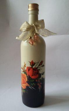 Com muito estilo e alto astral esta garrafa decorada... vai dar um toque especial no décor de seu Natal. Decorada com decoupagem, pedras e laço ela vai ficar um charme na sua sala. Use-a com galhos secos, flores natalinas, junto com outra do mesmo estilo ou completamente diferente. Abuse da compo...