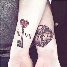 A tatuagem feita em conjunto é uma forma de registrar o sentimento e a personalidade do casal. Inspire-se com diversas opções fofas e românticas.