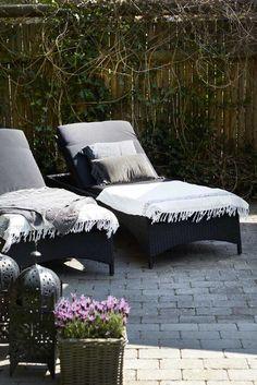 Farver, gider hun ikke for mange af, og det er kun særligt udvalgte møbler, der får lov til at optage pladsen hjemme i Tina Havmøllers skønne villalejlighed nord for København.