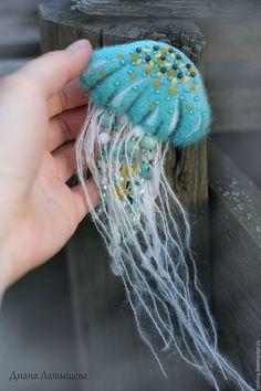 "Купить Брошь ""Медуза"" - бирюзовый, голубой, море, медуза, морские обитатели, белый, желтый, вода"
