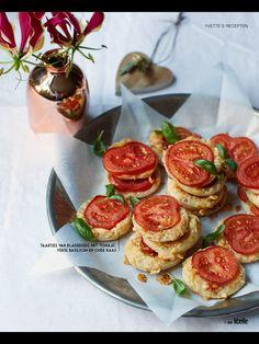 Taartjes van bladerdeeg tomaat mozarella