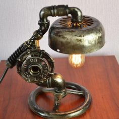 Industrial Artwork & Accents Use your own photos as artwork. Rustic Table Lamps, Unique Table Lamps, Steampunk Table, Industrial Wall Art, Industrial Style, Elo 7, Handmade Lamps, Handmade Gifts, Pipe Lamp
