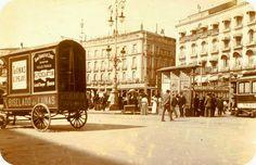 """Esta curiosa foto de principios del siglo XX muestra un simpático carro de reparto perteneciente a la casa de lunas y espejos """"Pereantón"""". En el lado derecho, un tranvía deja atrás la Puerta del Sol. Sol...y lunas."""
