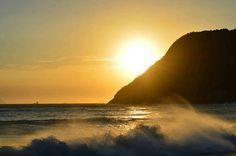 Eu sou apaixonada pelo Mar e tenho ciúme dos beijos impetuosos que a areia recebe das ondas e é por isso que eu nao resisto e mergulho-me em versos  para me abraçar poesia nas Suas profundezas… Miry *Fotografia: Praia de Itacoatiara – Regiao Oceanica, Niteròi (RJ)