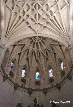 «Bóveda de Crucería y Cúpula» Capilla Mayor - Nave Central - Catedral de Santa María de Segovia (Santa Iglesia Catedral de Nuestra Señora de la Asunción y de San Frutos de Segovia, conocida como la Dama de las Catedrales) - Plaza Mayor - Segovia - España
