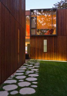 Красивая отмостка вокруг дома из больших бетонных блинов http://beton-art.ru/ производство