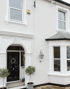 White-painted Victorian Semi-detached House in South London Terrace House Exterior, House Paint Exterior, Exterior House Colors, Semi Detached, Detached House, Rendered Houses, English House, House Extensions, Classic House