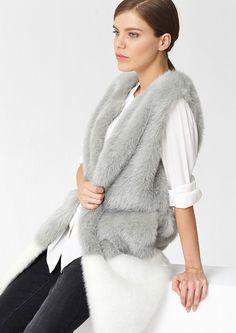 Pin for Later: Diese Fake Fur Jacken und Westen kann man mit gutem Gewissen tragen  s. Oliver lange Fake Fur Weste in Grau/Weiß (120 €)